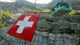 Eine riesige Flagge der Schweiz hängt derzeit am Berg Säntis in den Alpen.