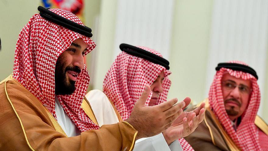 """شاهد: محمد بن سلمان يتناول الغذاء مع مواطنيه في """"نيوم"""""""