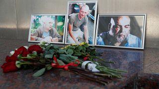 A három meggyilkolt újságíró fényképe előtt virágok Moszkvában
