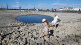 Una familia juega en el lecho seco del río Rin, en Düsseldorf, Alemania