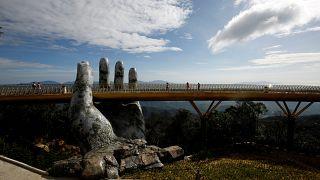 Vietnam'da dev taş ellerin tuttuğu köprü ziyaretçi akınına uğruyor