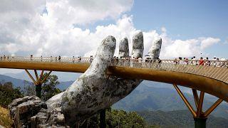 Βιετνάμ: Δύο γιγάντια χέρια κρατούν την «χρυσή γέφυρα»