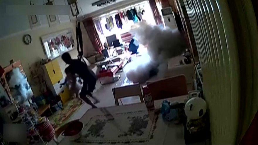شاهد: ماذا فعل هذا الأب الصيني حين انفجرت دراجته الإلكترونية داخل منزله؟