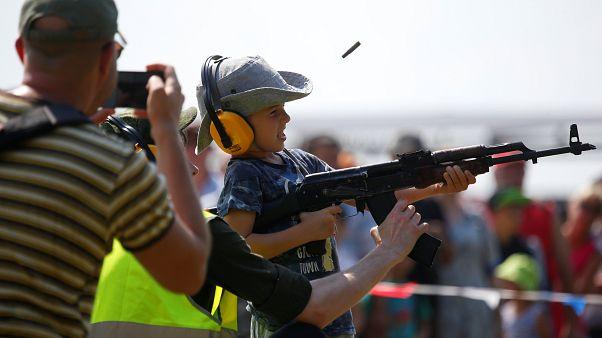Ein Junge lernt, eine Kalaschikow zu benutzen - International Army Games