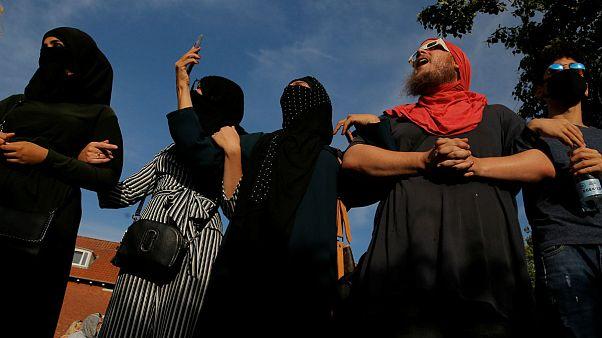 معترضان دانمارکی با روی پوشیده به قانون منع روبنده اعتراض کردند