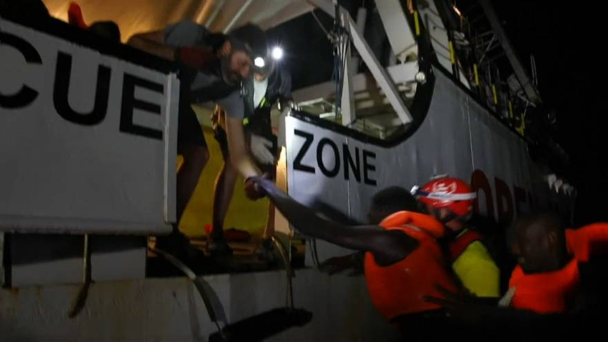 فيديو: انقاذ 87 مهاجرا في عرض المتوسط