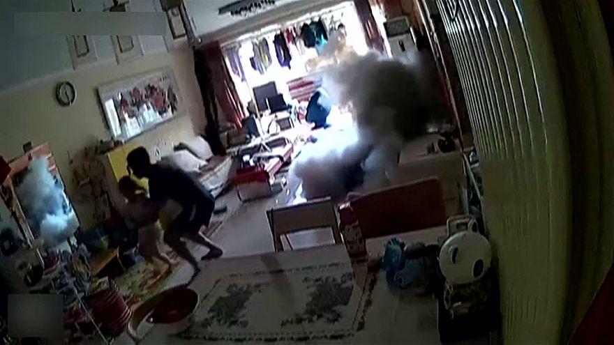 Çinli babanın scooter patlaması karşısındaki refleksi hayat kurtardı