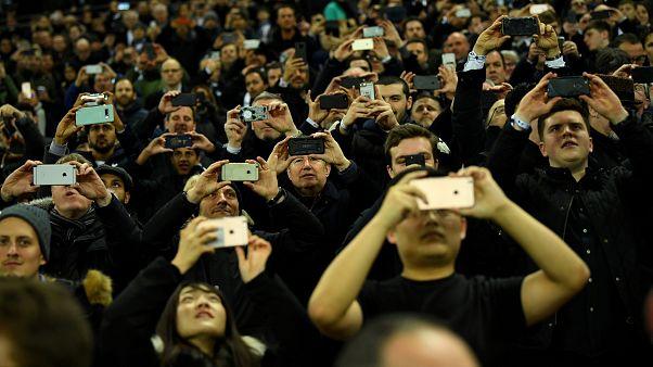 A britek szinte tíz percet sem bírnak ki mobiltelefonjuk nélkül