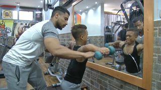 مصري يتحدى قصر قامته وسخرية الآخرين ليصبح لاعب كمال أجسام