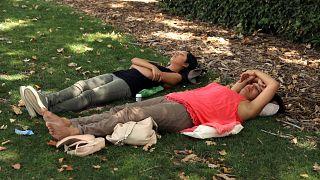 Zwei Frauen erholen sich von der Hitze in Madrid