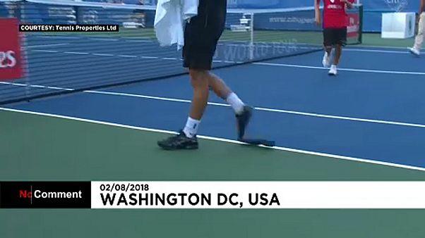 Schuh zerlegt sich beim Tennis