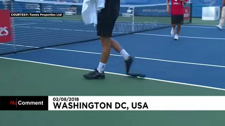 Meccs közben ment szét a teniszező cipője
