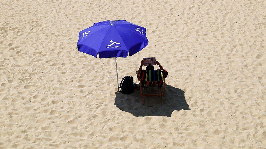 Lesen unter dem Sonnenschirm am Berlier Wannsee - immer im Schatten.