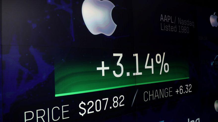 شاشة إلكترونية تعرض سعر سهم شركة أبل في بورصة ناسداك في نيويورك يوم الخميس.
