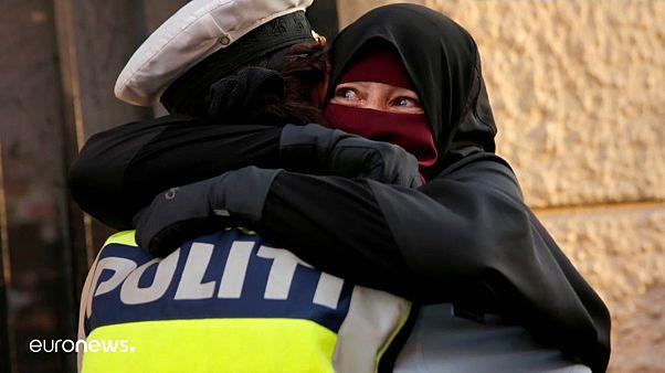 شرطية تعانق مسلمة تتظاهر احتجاجا على منع الحجاب
