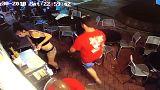 شاهد: نادلة أمريكية تلقن متحرشا درساً بعدما أمسك بمؤخرتها