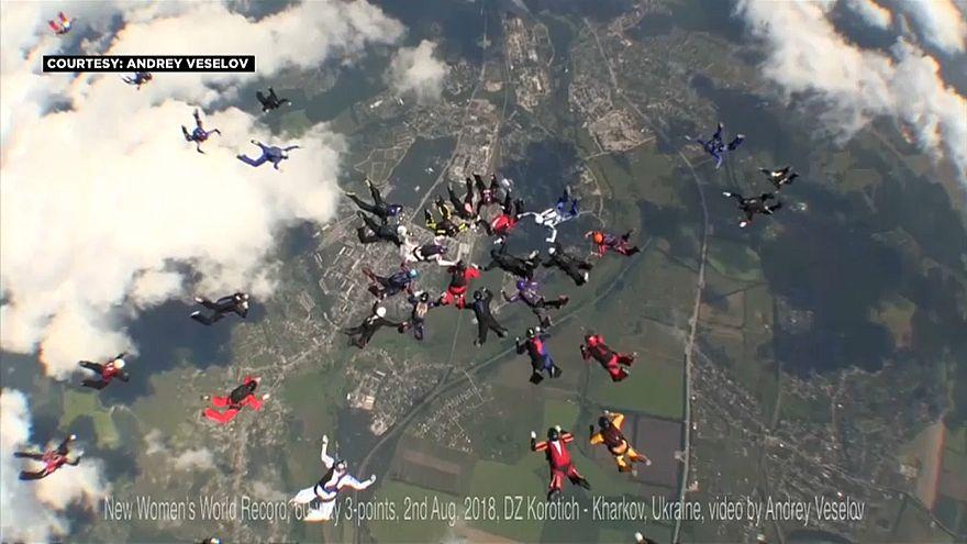 Weltrekord: 57 Fallschirmspringerinnen bilden Motive im freien Fall