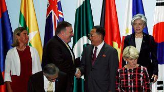 شاهد: وزير الخارجية الأمريكي يصافح وزير خارجية كوريا الشمالية