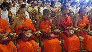 Fim do retiro dos jovens tailandeses num templo budista