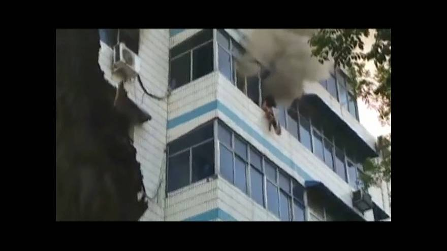 شاهد: أم شجاعة تفارق الحياة بعد إنقاذ طفليها من حريق التهم شقتهم