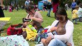 """شاهد: الكولومبيات يحتفلن بيوم """"الإرضاع"""" في الأماكن العامة"""
