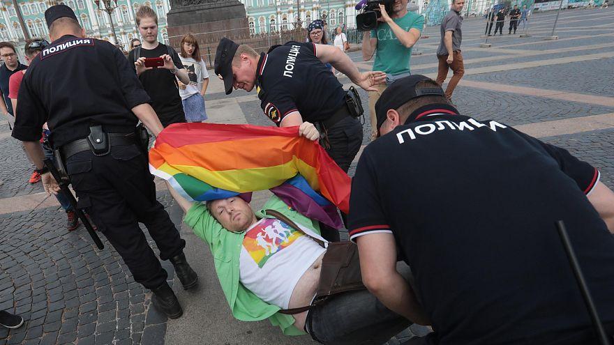 Гей-парад по-русски: встреча с флагами и задержания