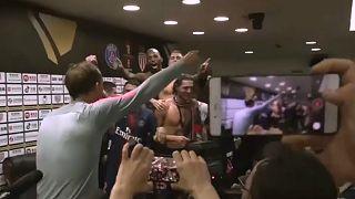 شاهد: لاعبو باريس سان جيرمان يقتحمون مؤتمر مدربهم الصحفي