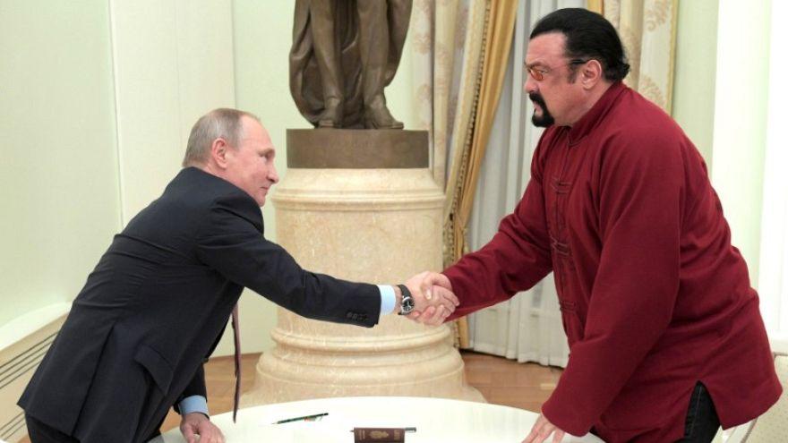 روسيا تكلف نجم هوليوود ستيفن سيجال بتحسين العلاقات مع أمريكا الرئيس الروسي