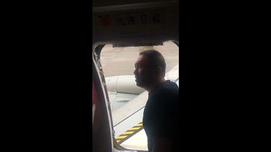 مسافر يفتح مخرج الطوارئ لينزل من طائرة مكثت ست ساعات على المدرج