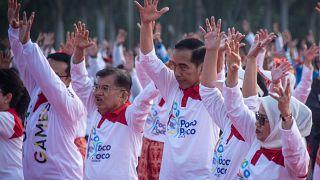 الرئيس الإندونيسي جوكو ويدودو يشارك في رقصة البوكو بوكو