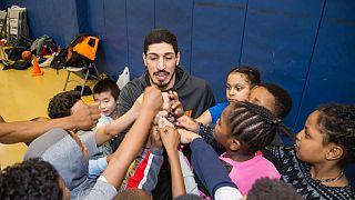Ο Ενές Καντέρ σε μάθημα μπάσκετ με μικρά παιδιά