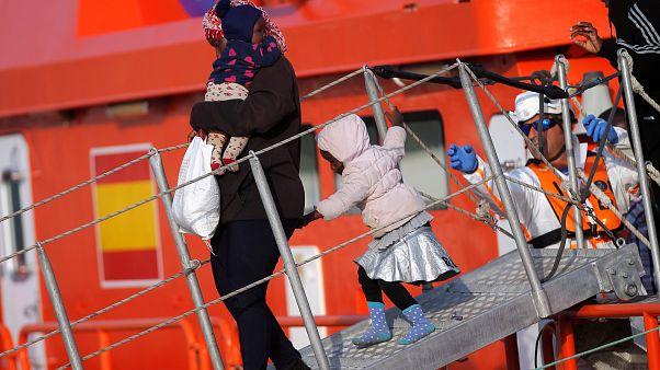 İspanya'nın kurtardığı mültecilerin bir kısmı Malaga limanına bırakıldı.