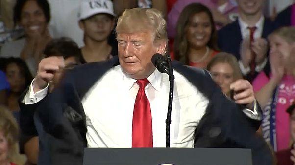 ترامب يتصبب عرقاً نتيجة الحر الشديد أثناء القائه لخطاب في أوهايو