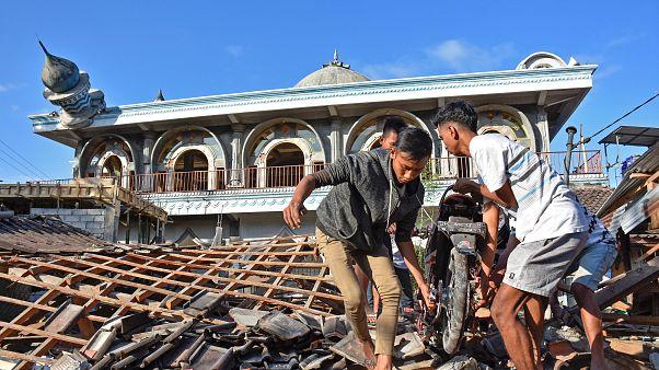 Decenas de muertos y más de 300  heridos en el seísmo de la isla de Lombok en Indonesia