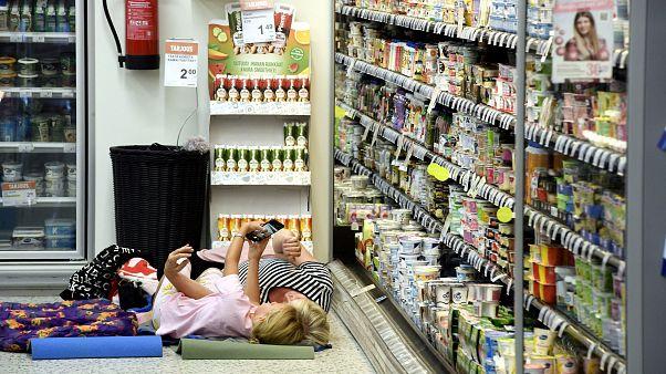 Ein Supermarkt in Helsinki bietet eine Nacht an der Kühltruhe an