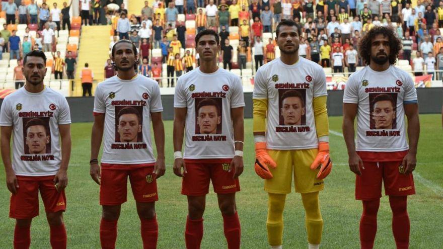 Türkische Fußballer tragen Özil-T-Shirts vor 2:1-Sieg