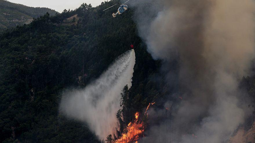 Helicóptero combate incêndio florestal em Monchique