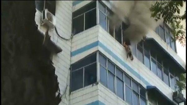 VİDEO | Yangında çocuklarını 5. kattan atarak kurtaran anne yaşamını yitirdi