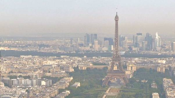 The Eiffel tour swathed in a cloud of pollution