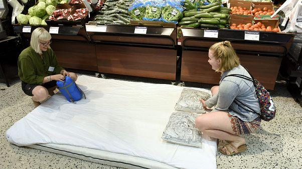 Aşırı sıcaklara Finlerin çözümü: Gelin markette uyuyun