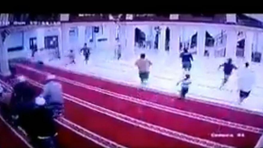 شاهد: لحظة انهيار مسجد أثناء الصلاة إثر زلزال إندونيسيا