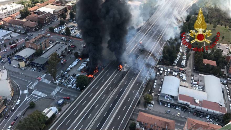 Bologna, esplosioni a catena, autocisterna in fiamme: un morto e decine di feriti