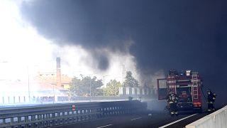 Al menos un muerto y 60 heridos tras estallar un camión cisterna en Italia