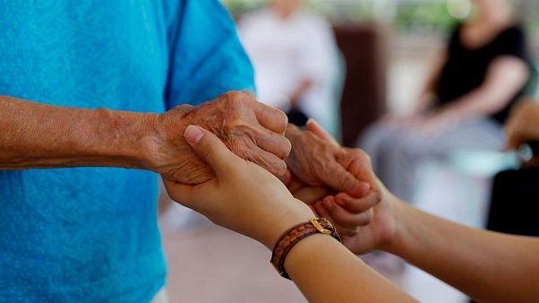 Un informe advierte que las mujeres dejarán sus trabajos para cuidar a los abuelos tras el Brexit