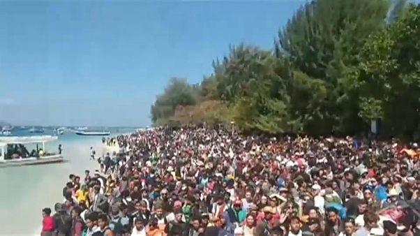 شاهد: إجلاء الآلاف عقب زلزال ضرب جزيرة  بإندونيسيا