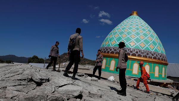 شاهد: أكبر مسجد في جزيرة لومبوك الإندونيسية يصبح أنقاضاً بعد الزلزال