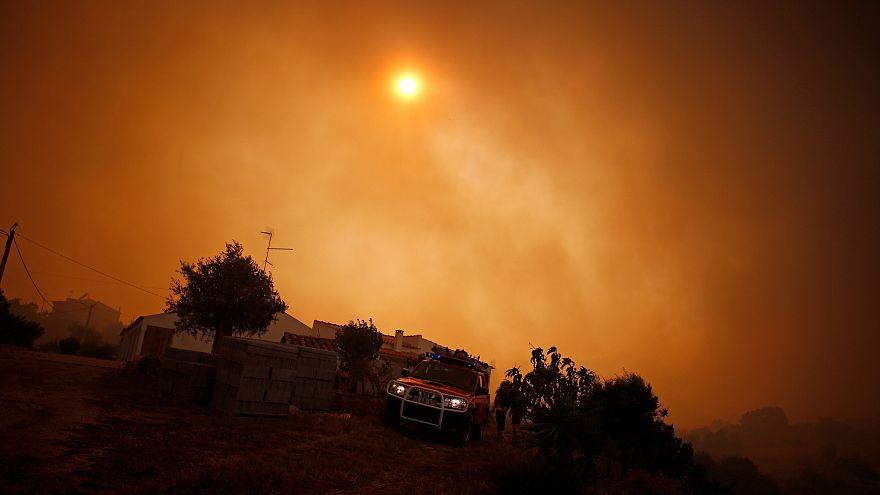 Ein Truck in Pedreira vor rauchverdunkelter Sonne