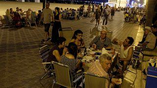 İspanya'da aşırı sıcaklar sebebiyle insanlar serinlemek için sokaklarda