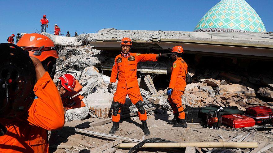 Bergungshelfer in Trümmern der eingestürzten Moschee