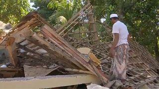 À espera de ajuda na ilha indonésia de Lombok